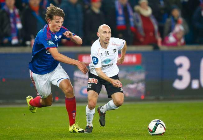 ETTERTRAKTET TALENT: Vålerengas Sander Berge, her i duell med Odds Jone Samuelsen i fjor, skal på et «bli-kjent-opphold» i West Ham.