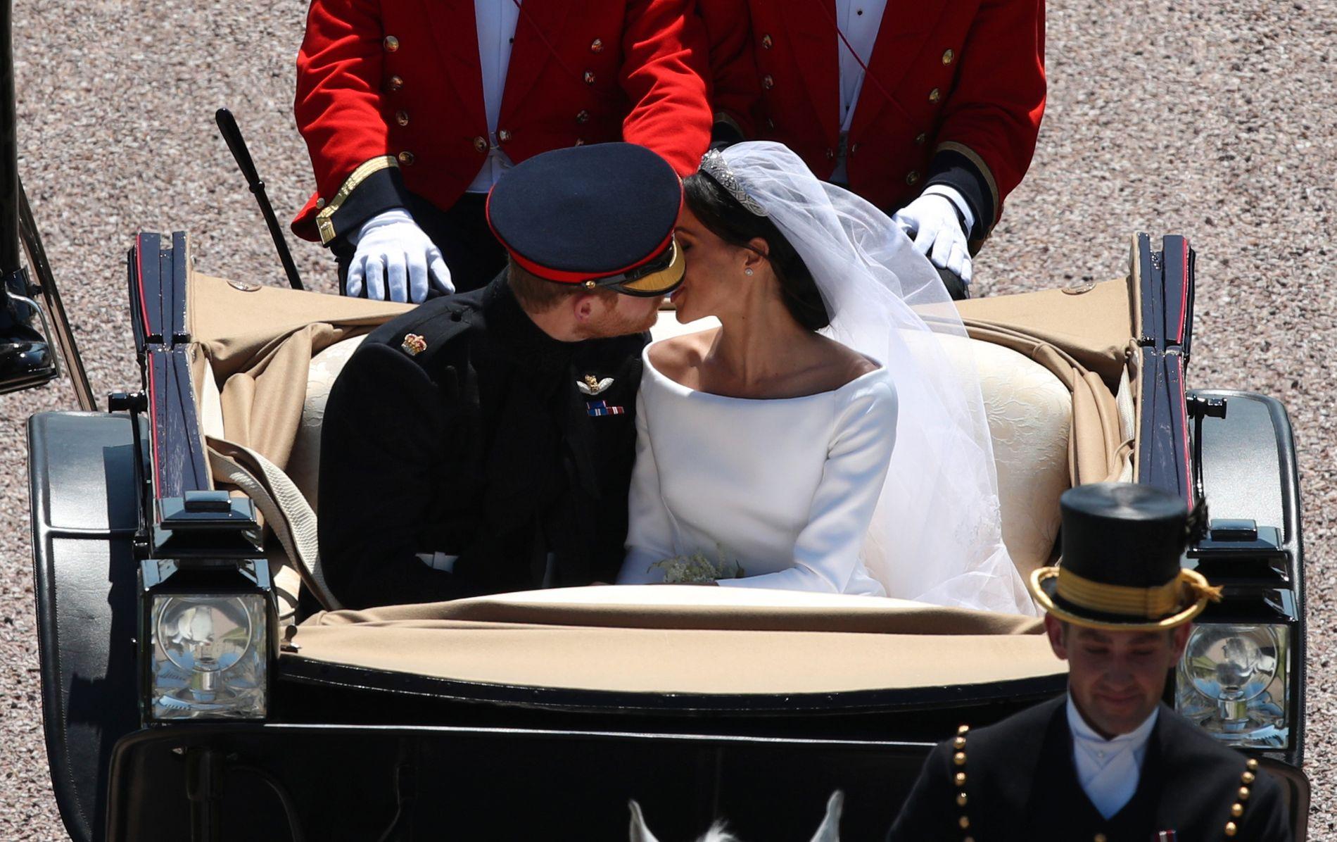 BRYLLUPET: Paret giftet seg i St. George's Chapel i Windsor Castle. Etter vielsen, og det berømte kysset, gikk turen gjennom Windsors gater i åpen vogn trukket av hester.