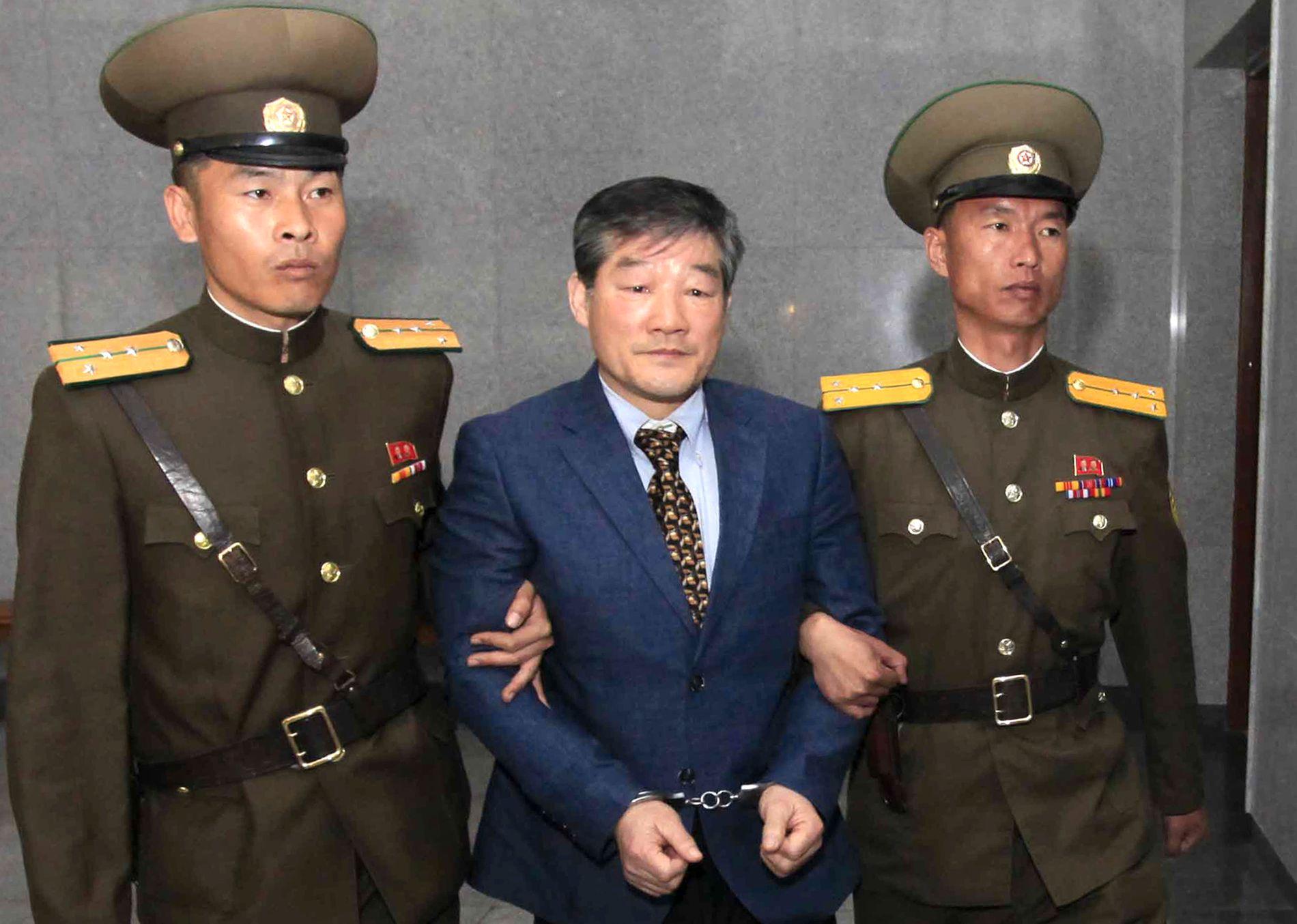 FENGSLET: Kim Dong-chul blir geleidet til rettssaken mot ham av to nordkoreanske vakter i april 2016. Amerikaneren ble dømt til ti års straffarbeid for spionasje.