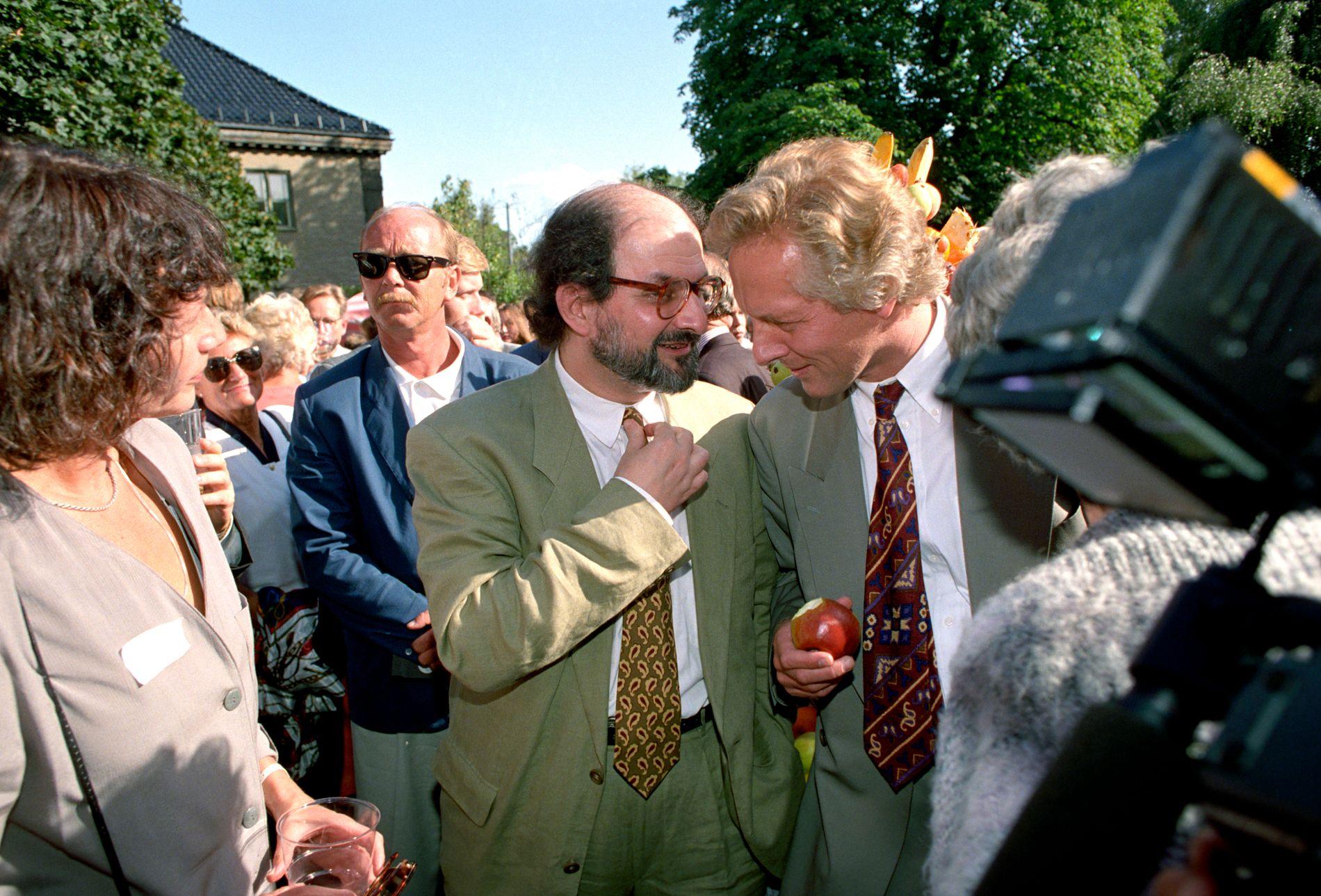 DRAPSFORSØK: Forfatter Salman Rushdie og forlagsdirektør William Nygaard under den tradisjonelle hagefesten til Aschehougs forlag. Bildet er tatt i 1992, ett år før Nygaard blir utsatt for drapforsøket utenfor sitt hjem i Oslo.