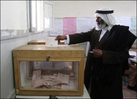 DELTAR: En egyptisk beduin avgir stemme ved et valglokale i byen El-Sheikh Zouied nord på Sinaihalvøya tirsdag. Foto: Reuters