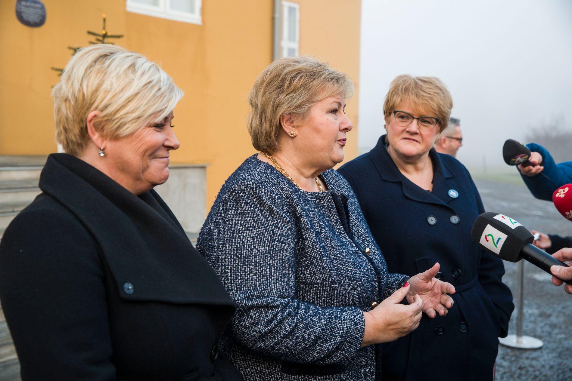 NÅ ER DE I GANG: Siv Jensen, Erna Solberg og Trine Skei Grande utenfor Jeløy Radio mandag formiddag.