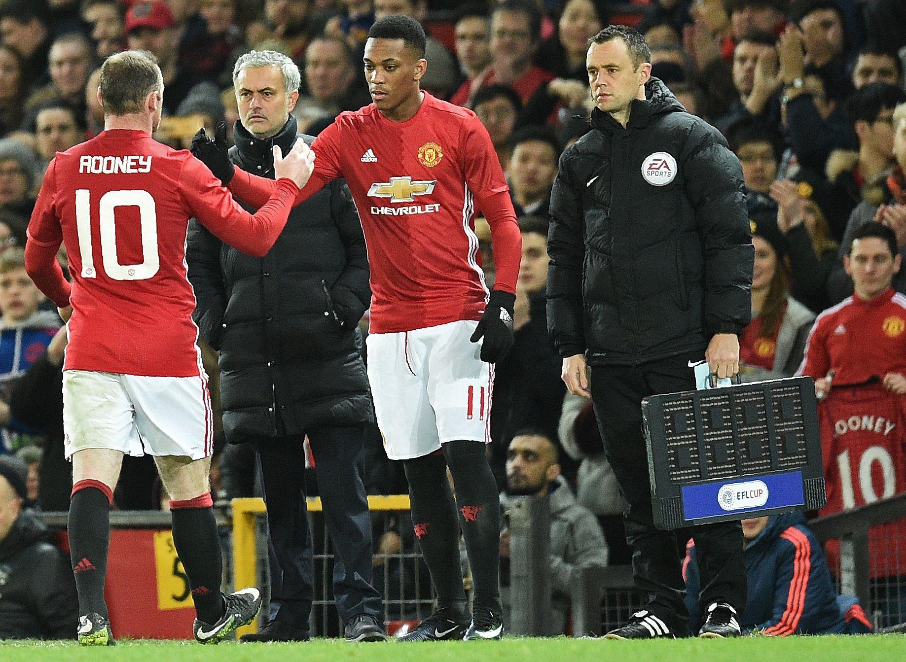 KRITISERES: Anthony Martial, som her byttes inn for Manchester United mot Hull for to uker siden, har ikke overbevist denne sesongen. F.v: Wayne Rooney og Jose Mourinho.