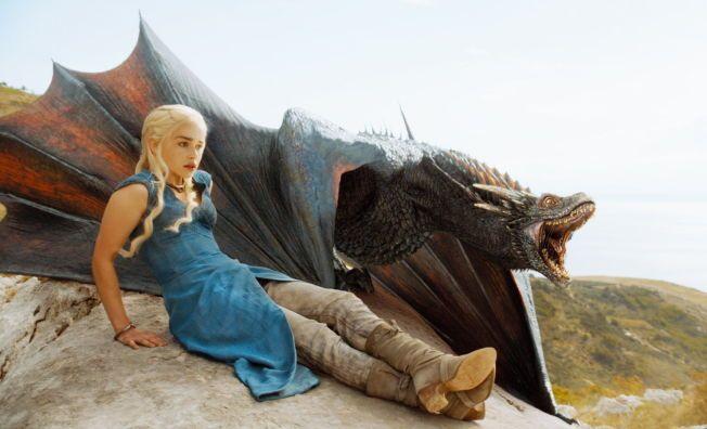 STERK DRONNING: Emilia Clarke som dragemoren Daenerys Targaryen i sesong fire.