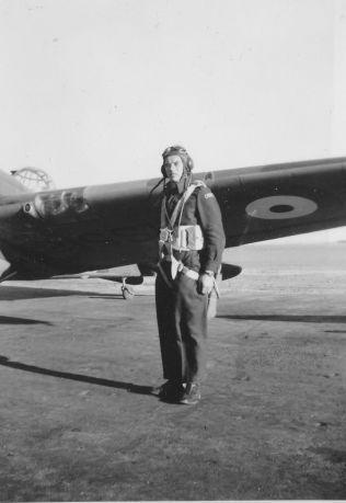PILOT: Arne Taarnesvik hadde et brennende ønske om å bidra i kampen for Norges frihet. Han meldte seg til tjeneste i «Little Norway» og utdannet seg der til pilot.