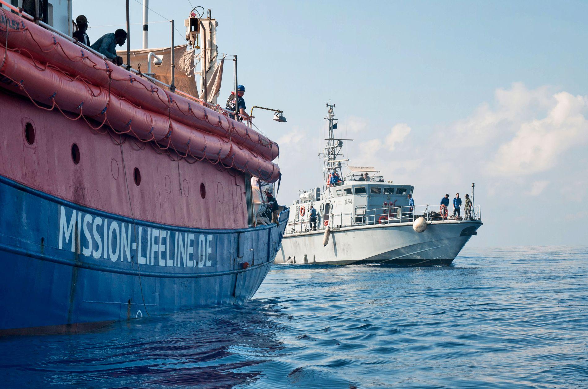 REDNINGSBÅT: Mens 16 stats- og regjeringssjefer fra EU søndag skal samles til et minitoppmøte om asyl og innvandring, driver redningsskipet Lifeline rundt utenfor Maltas kyst med over 200 om bord. Bildet ble tatt torsdag, da Italia nektet skipet å legge til kai.