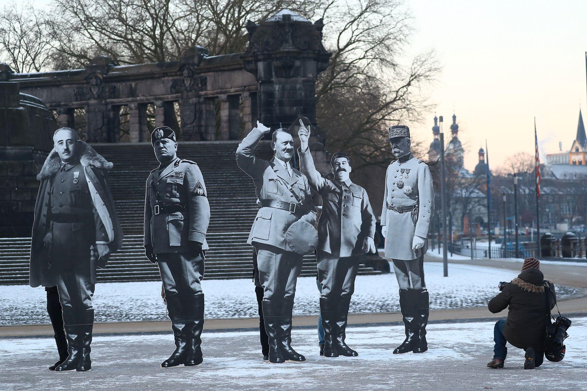 DIKTATORER: Aktivister i Koblenz har plassert pappfigurer i full størrelse for å vise hvem de assosierer høyrepopulist-lederne med. Fra venstre Benito Mussolini, Adolf Hitler, Josef Stalin, Francisco Franko og Phlippe Petain. FOTO: REUTERS