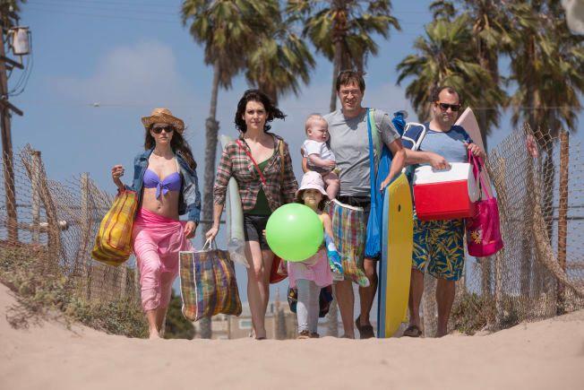 MOTVILLIGE STRANDLØVER: Amanda Peet, Melanie Lynskey, Mark Duplass og Steve Zissis på stranda i Los Angeles.