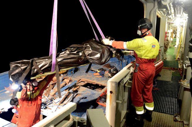 EKSTREMT KREVENDE: Mannskapet ombord på Siem Pilot jobbet til langt på natt med å hente de siste likene ut av det klaustrofobiske lasterommet.