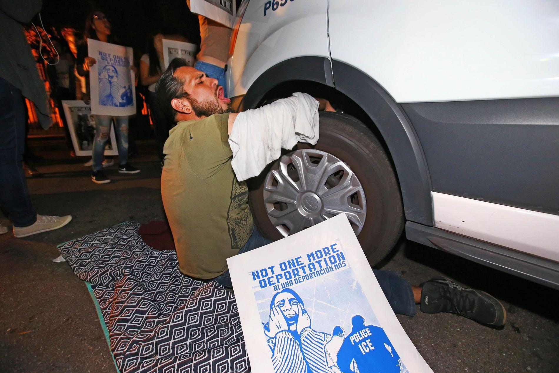 DEMONSTRANTER: En demonstrant låste seg selv til bilen som fraktet Guadalupe Garcia de Rayos.