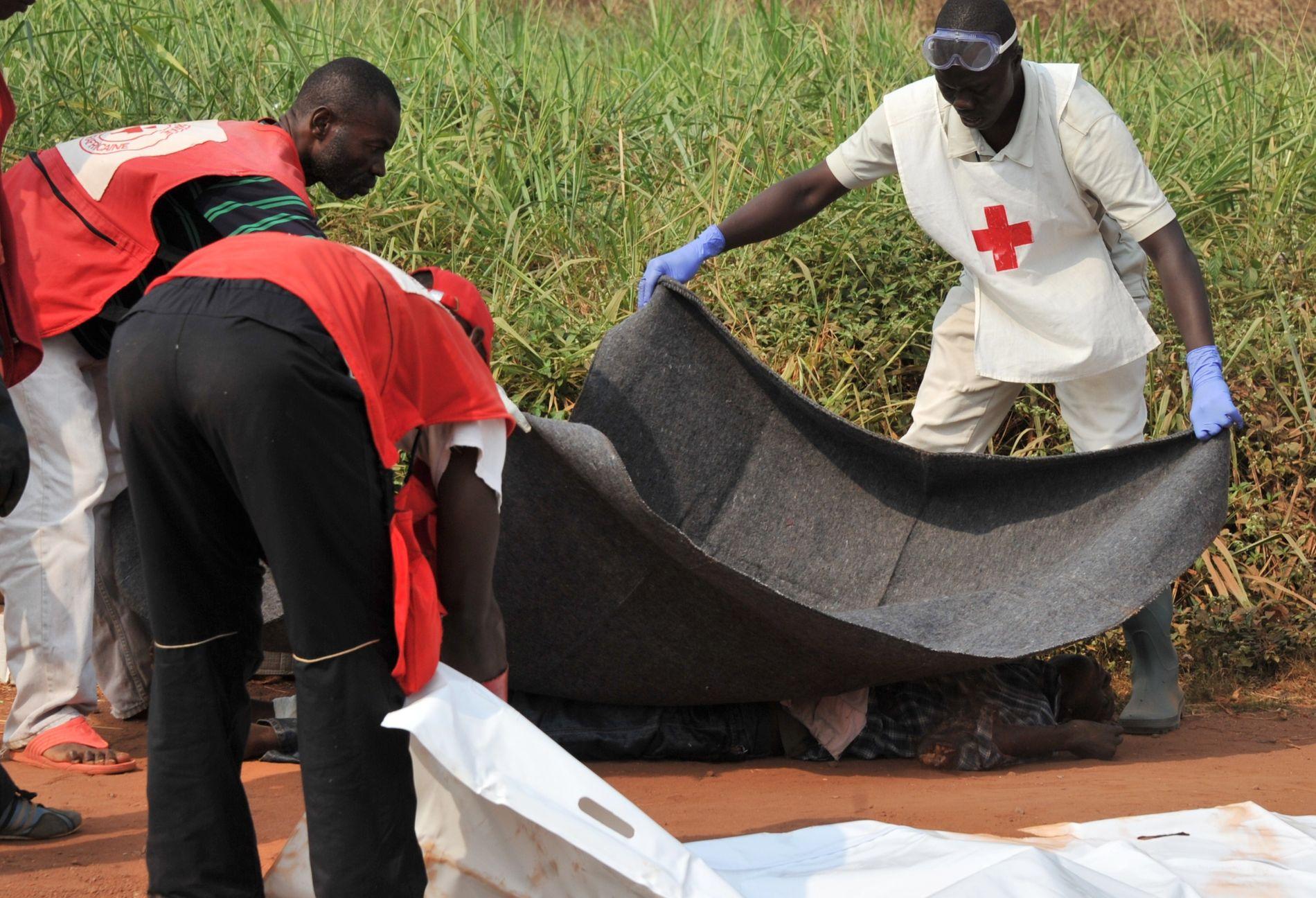 FARLIG: Røde Kors arbeidere i Den sentralafrikanske republikken blir stadig angrepet. Her er hjelpearbeidere fra organisasjonen i aksjon etter et tidligere angrep mot sivile i Den sentralafrikanske republikk. Foto: AFP