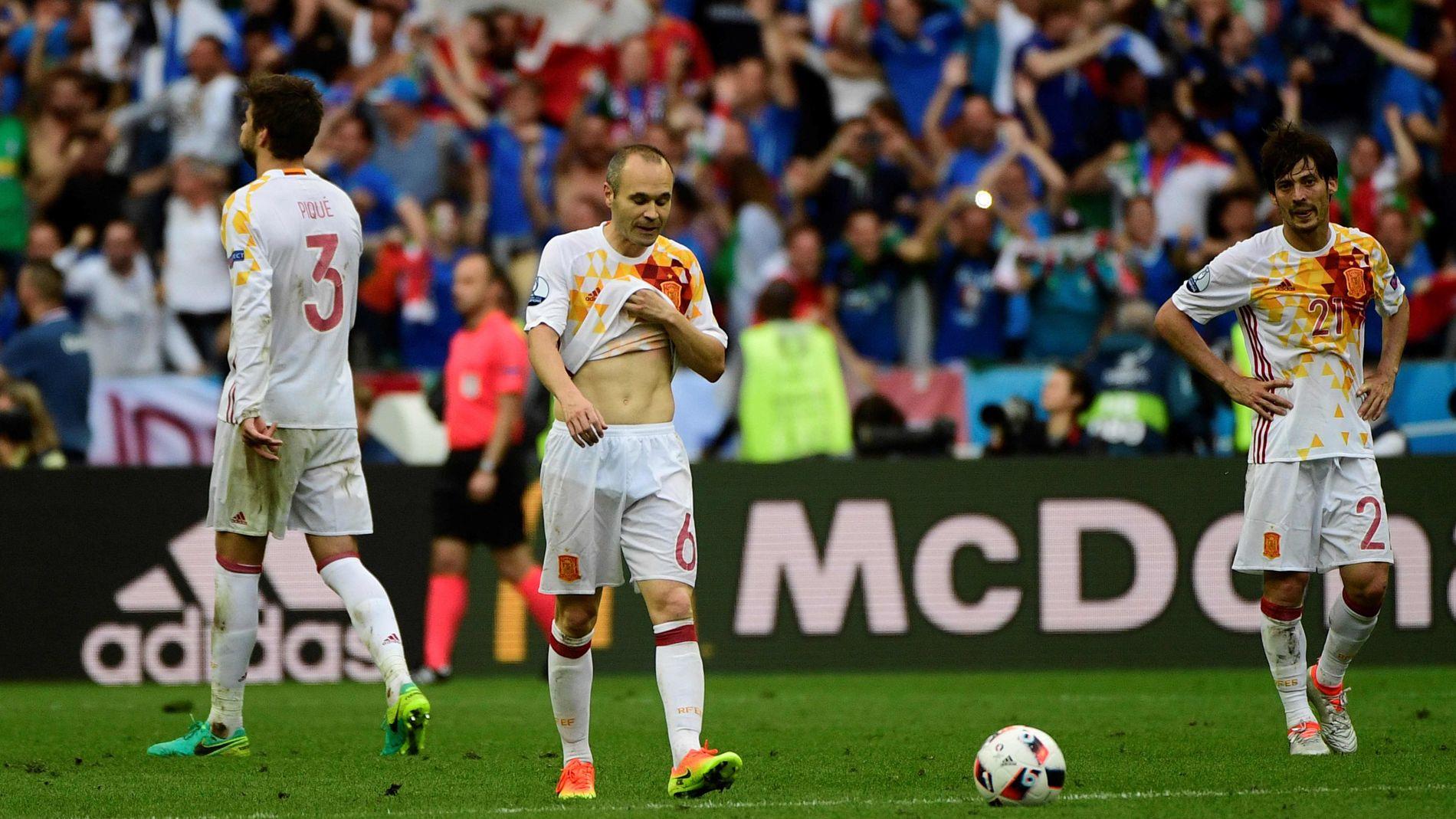 TAPTE: Fra v. Gerard Pique, Andres Iniesta og David Silva etter tapet for Italia.