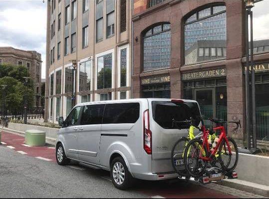 LIV OG LÆRE? Det er forbudt å parkere i sykkelfelt. I Oslo er flere av dem lagt i rød asfalt for at det skal bli vanskeligere å misforstå - slik som det du ser under den parkerte bilen til samferdselsministeren.