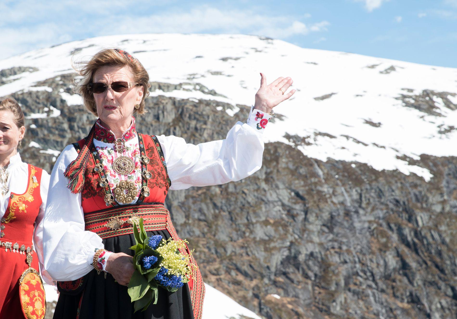 I NATUREN: Dronning Sonja åpnet Loen Skylift i går. Her er hun på toppen av Hoven.