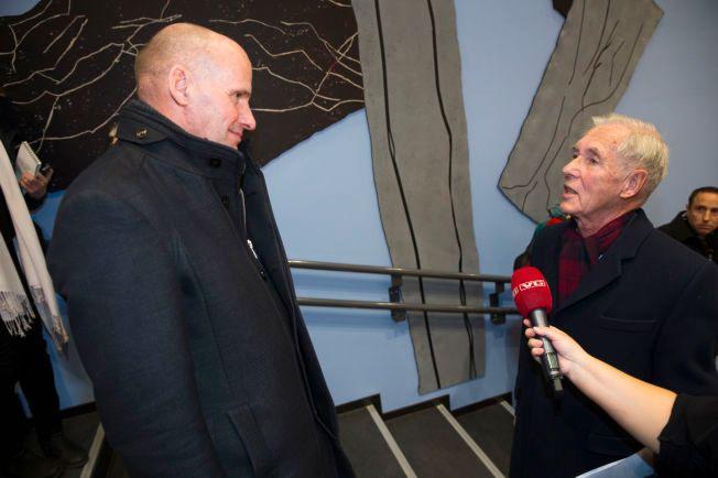 DISKUSJONEN FORTSATTE: Geir Lippestad (t.v,) i snakk med Johan Fredrik Ziesler etter folkemøtet hvor Ziesler ga uttrykk for at han synes det planlagte asylmottaket blir alt for stort.