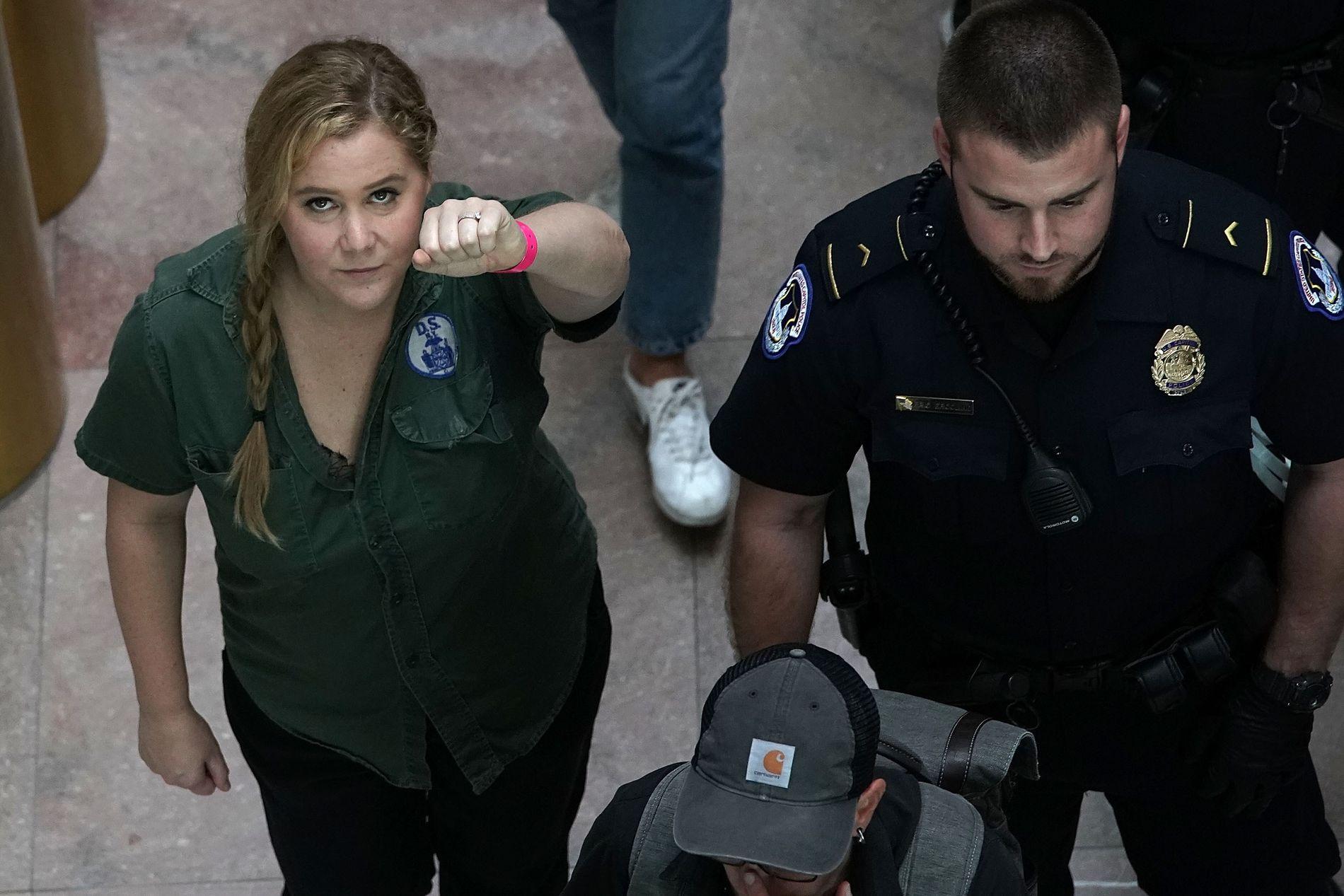 VENTER BARN: Amy Schumer skal bli mor for første gang - her er hun avbildet da hun ble arrestert i en protestmarsj mot Brett Kavanaughs innsettelse i Høyesterett tidligere i måneden.