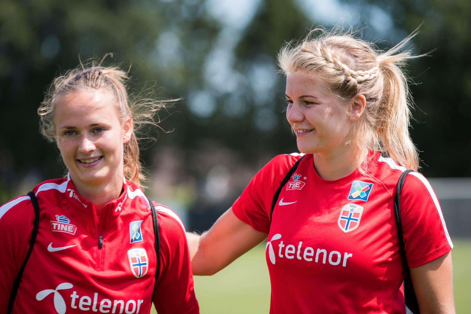 NORSKE STJERNER: Caroline Graham Hansen (venstre) og Ada Hegerberg (høyre) sammen under EM i Nederland denne sommeren.