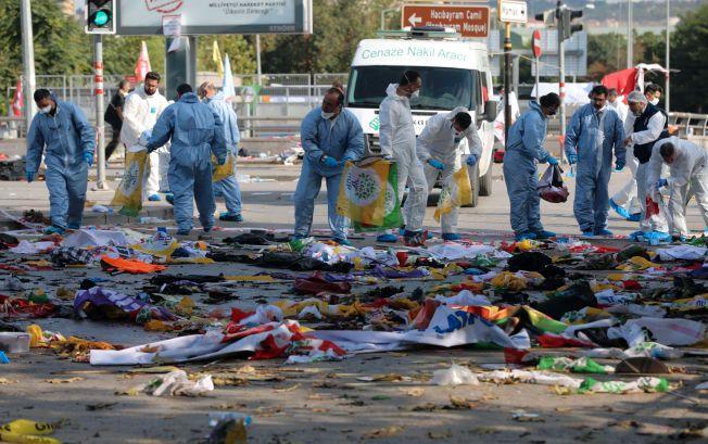 GRUSOMT ANGREP: 128 personer skal ha mistet livet da to eksplosjoner gikk av under en demonstrasjon i Ankara i går. Bildet fra stedet viser politimenn som tar kontroll ved åstedet.