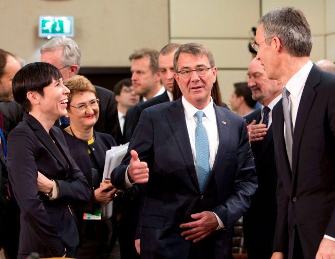NATO-SETTING; Ine Eriksen Søreide kom til Munchen fra et NATO-møte i Brussel før helgen, her sammen med generalsekretær Jens Stoltenberg og USAs forsvarsminister Ash Carter (i midten).