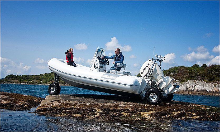 TIL LANDS, TIL VANNS: Men ikke i luften. Denne amfibie-RIB-en kan kjøre i ti kilometer i timen på bakken. Foto: Ronny Tollaksen