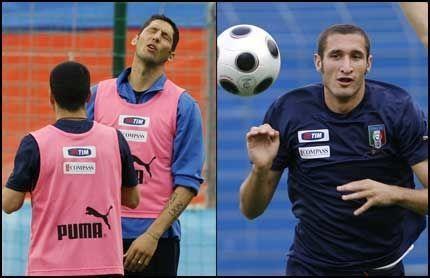 LIGNER: Marco Materazzi (venstre) og Giorgio Chiellini kan minne om hverandre både i utseende og i spillestil. Foto: AP