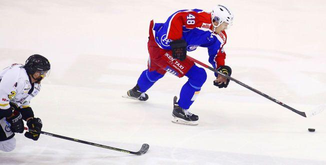 VISTE STORFORM: Sondre Olden ble for mye å hanskes med for Stavanger Oilers-spillerne. Vålerengas nummer 48 scoret to mål i tremålsseieren.