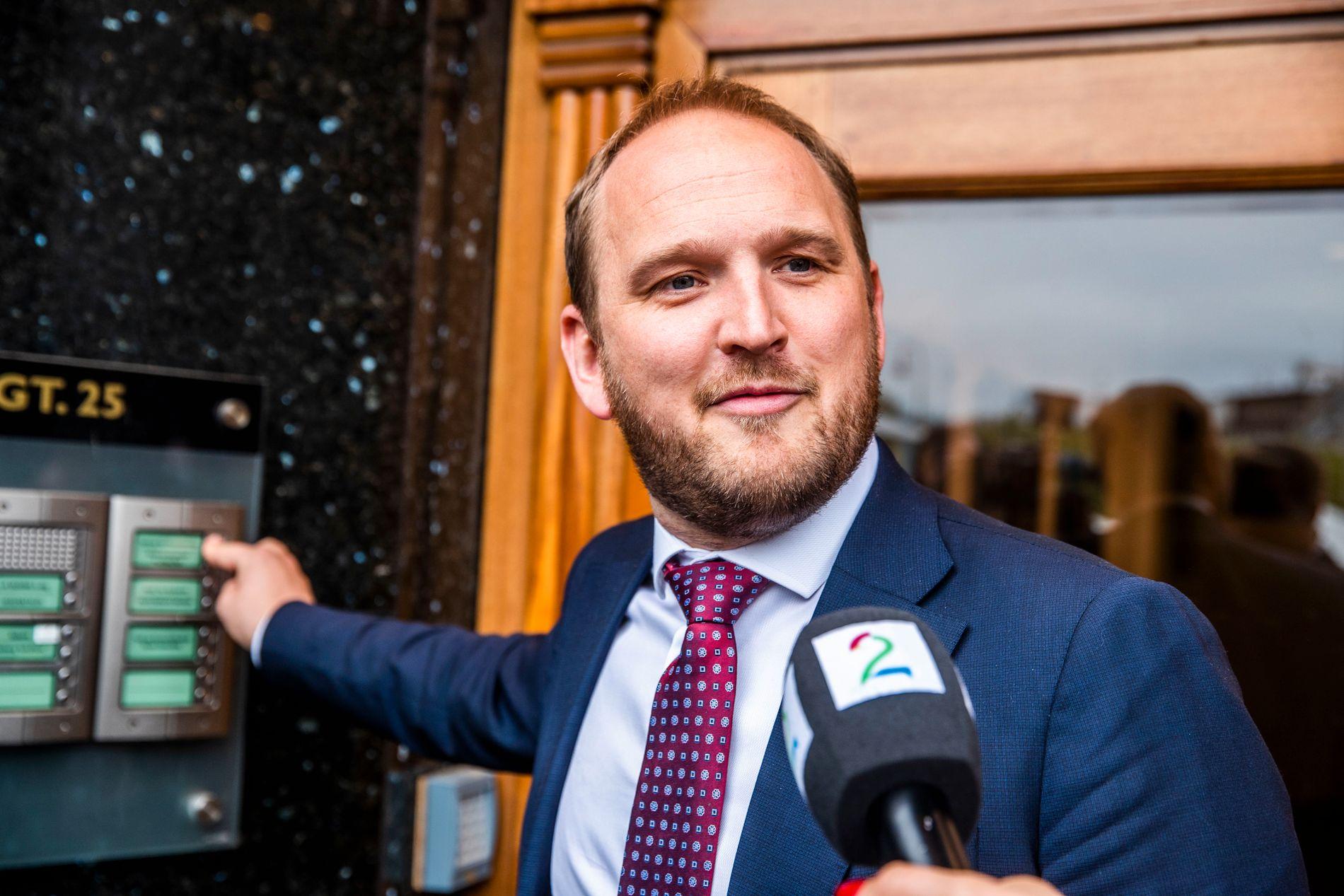 SAMFERDSELSMINISTER: Jon Georg Dale (Frp), her på vei inn til Frps ekstraordinære landsstyremøte om bompenger onsdag.