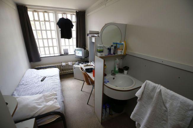 FENGSELSCELLE I NEDERLAND:En ordinær fengselscelle i Norgerhaven fengsel i Veenhuizen i Nederland. På åtte kvadratmeter finnes do, vask, speil, noen skap, seng og en liten TV.