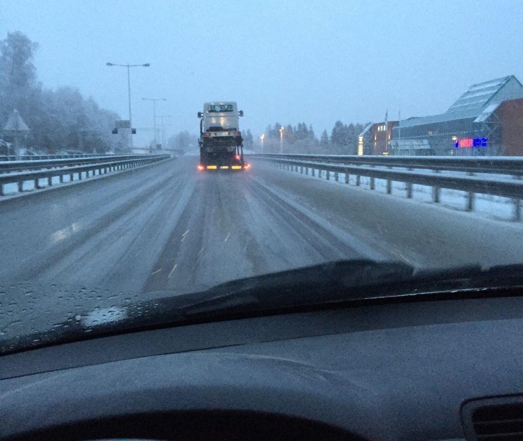 NULLFØRE: «Snø og dårlig føre på Liertoppen», melder VG-leser Kjetil som kjører på E18 inn mot Oslo fredag morgen.