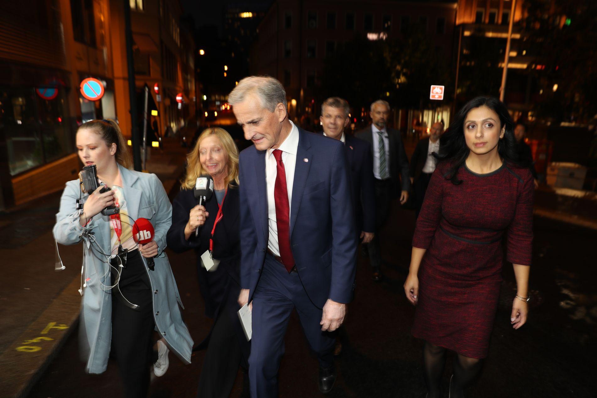 PÅ VEI TIL VALGVAKE: Ap-leder Jonas Gahr Støre og nestleder Hadia Tajik på vei inn til partiets valgvake mandag kveld.
