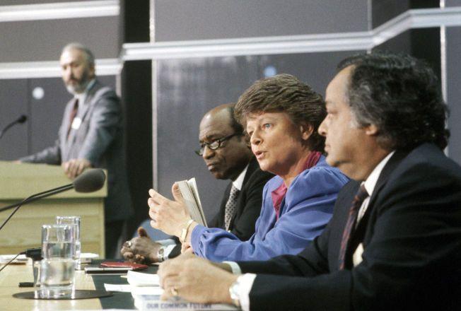 """GRO DEN GANGEN: Gro Harlem Brundtland presenterte i 1987 miljørapporten """"Our Common Future"""" fra Brundtland-kommisjonen for miljø og utvikling. Foto Henrik Laurvik / NTB / SCANPIX"""