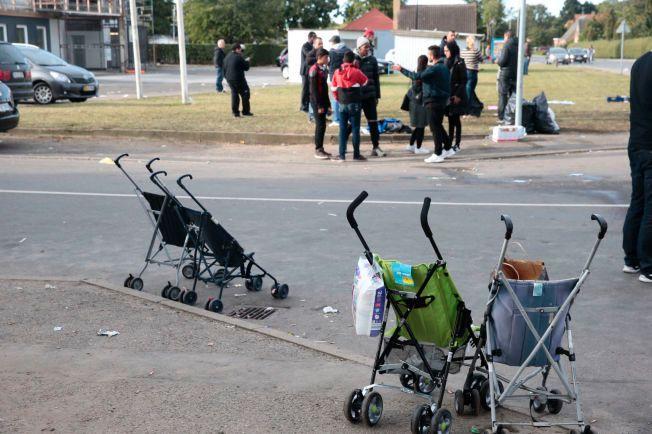 TOMT: Noen få barnevogner de frivillige hadde stilt til disposisjon for flyktningene, men som ikke ble brukt, var blant det som stod igjen etter at 400 flyktninger i morgentimene forlot Rødbyhavn.