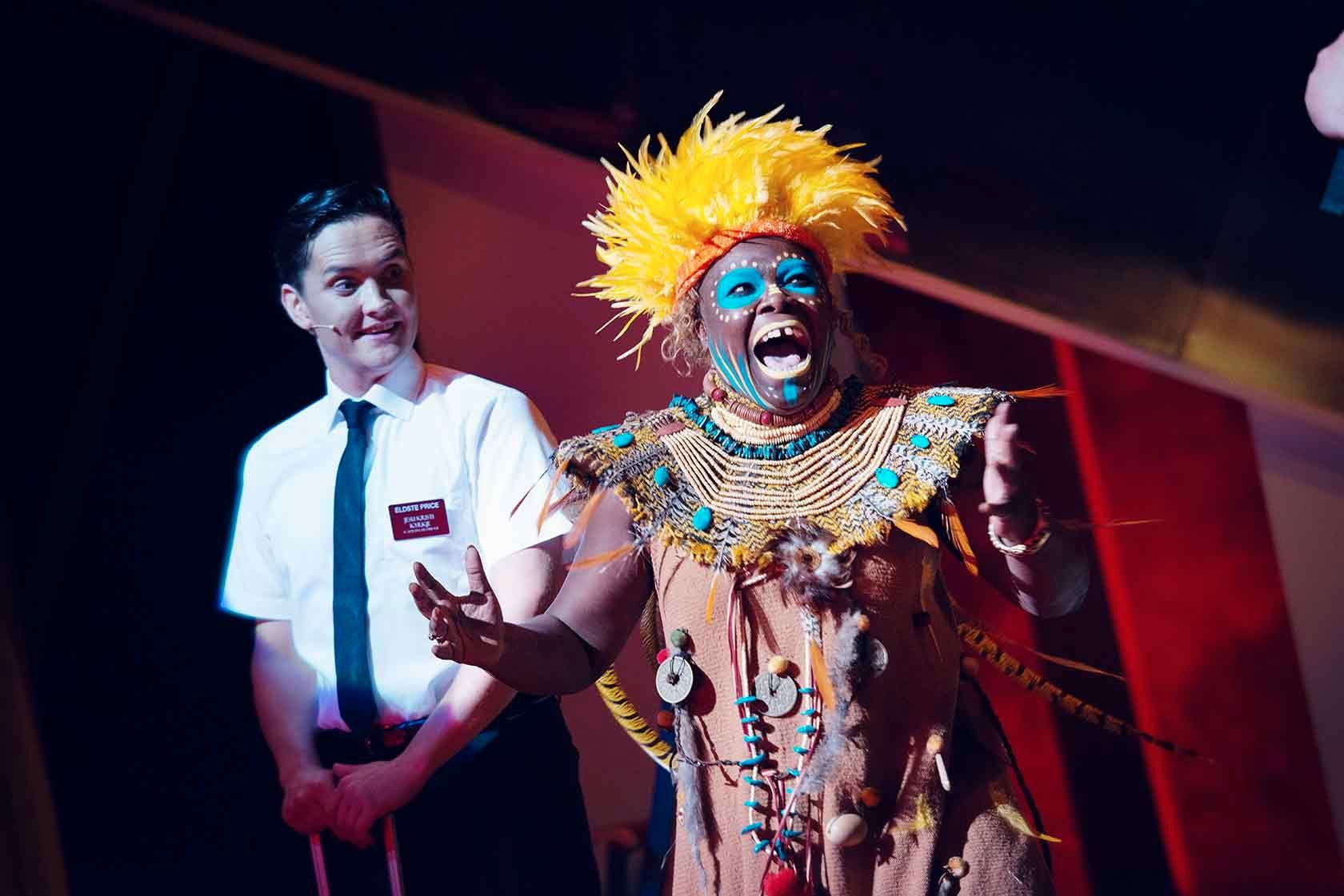 HYSTERISK: Frank Kjosås og Kim Fairchild i «Book of Mormons» på Det Norske Teatret