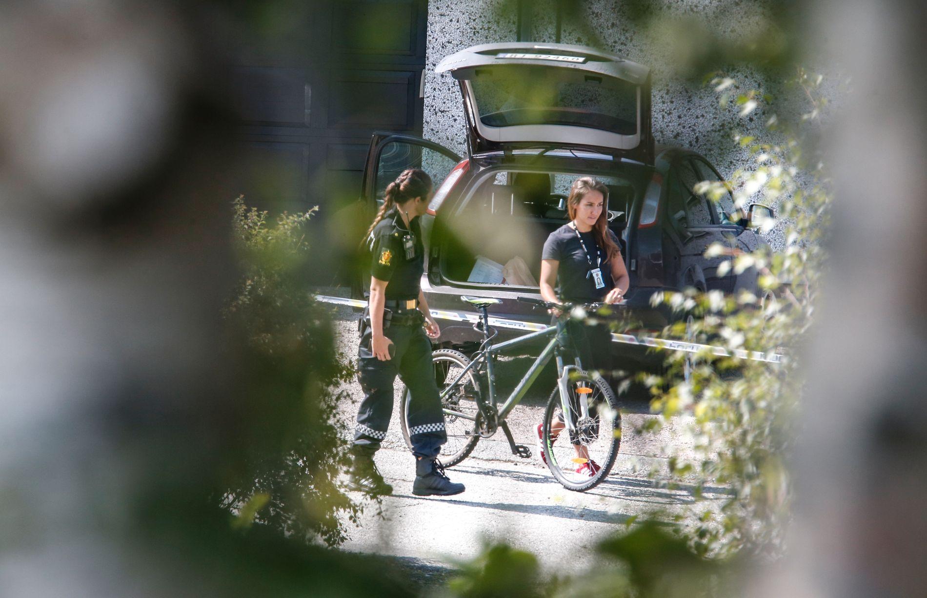 HENTET SYKKEL: Politiet hentet onsdag ettermiddag ut en sykkel fra garasjen der siktede bor.