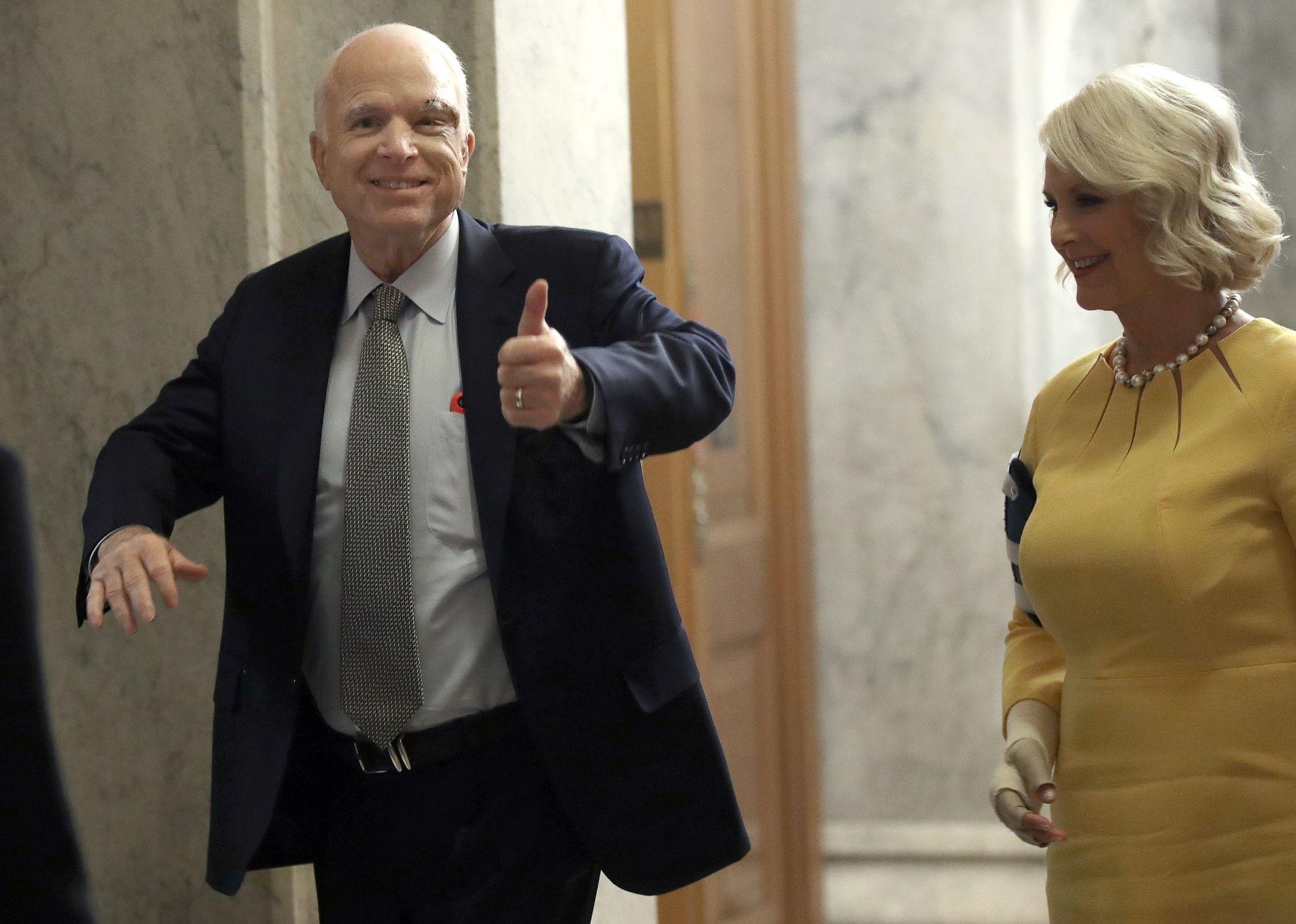 TROSSET KREFTSYKDOMMEN: Den kreftsyke senatorene John McCain kom tilbake til Washington for å delta i den rekordjevne avstemningen om helsereformen torsdag. Foto: AFP