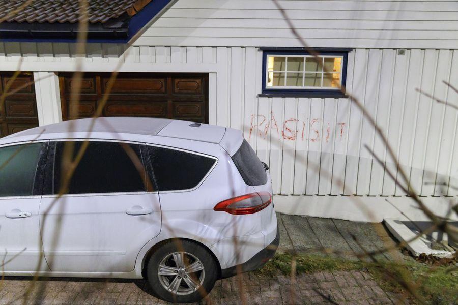 TAGGING: Ved en av de andre trusselhendelsene, ble det  tagget på husveggen til justisministeren.