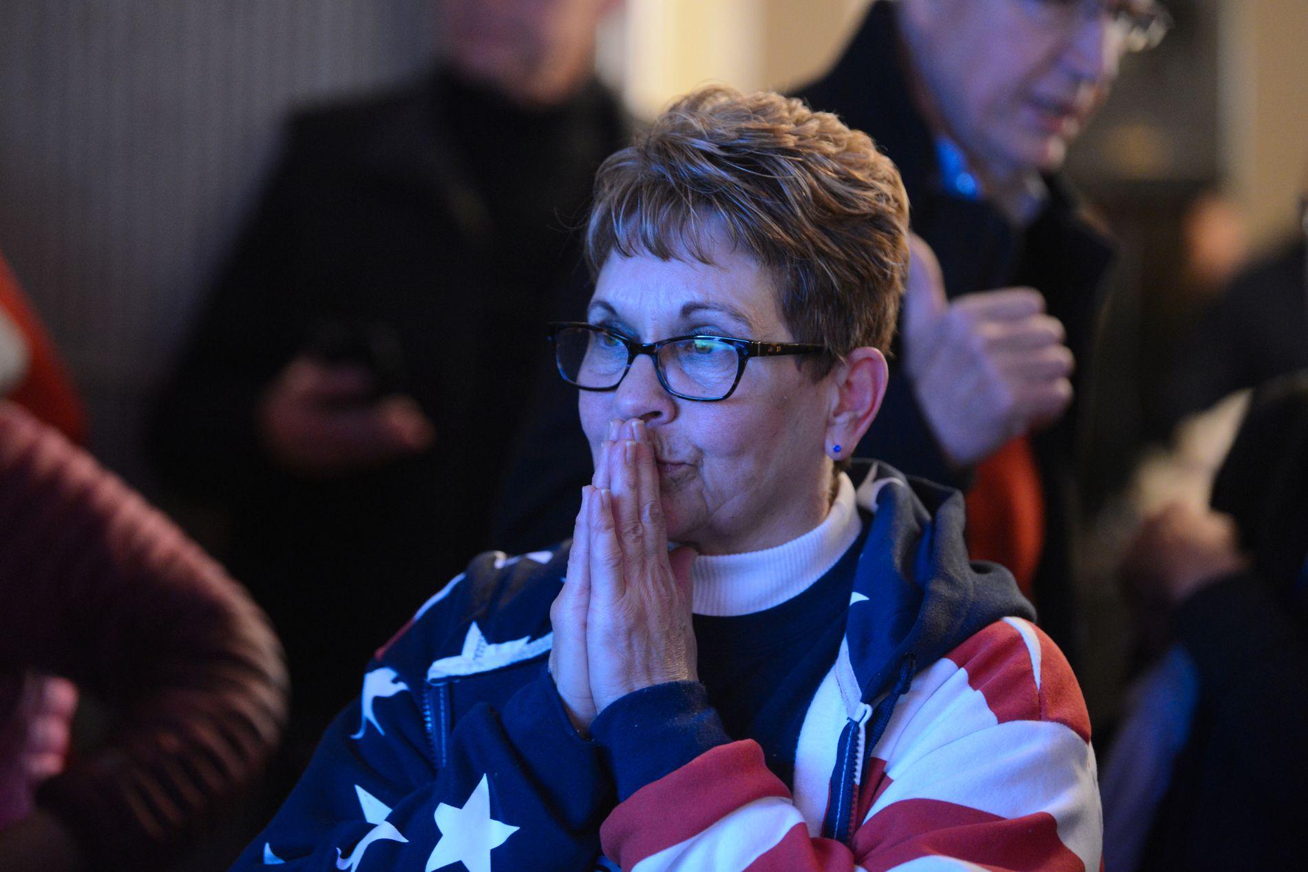 THRILLERVALG: En av tilhengerne til Rick Saccone følger i spenning med på valgresultatene.