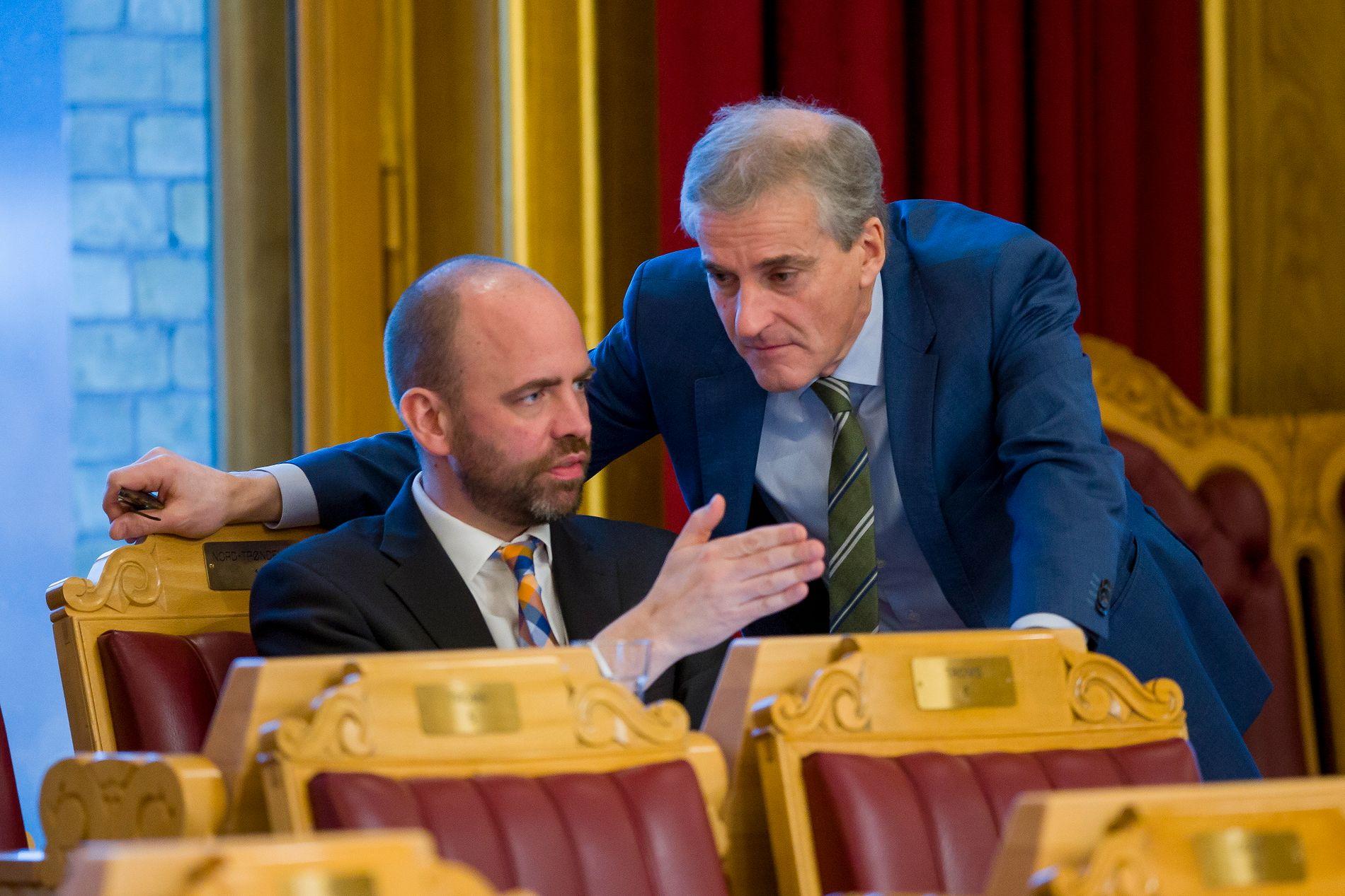 TROR DET BLIR KUTT: Arild Grande (Ap) frykter at Venstre får gjennomslag for sykelønnskutt, Her er han sammen med Ap-leder Jonas Gahr Støre.