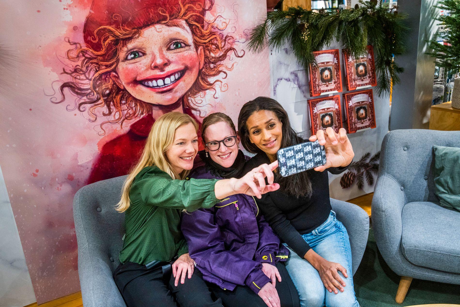 SELFIE-TIME: Det var mange voksne som kjøpte «Snøsøsteren» til seg selv i julegave da Maja Lunde og Lisa Aisato signerte bøker på Tanum på Karl Johan onsdag. Janne Cecilie Bjerkeland ville ha selfie sammen med Maja og Lisa.