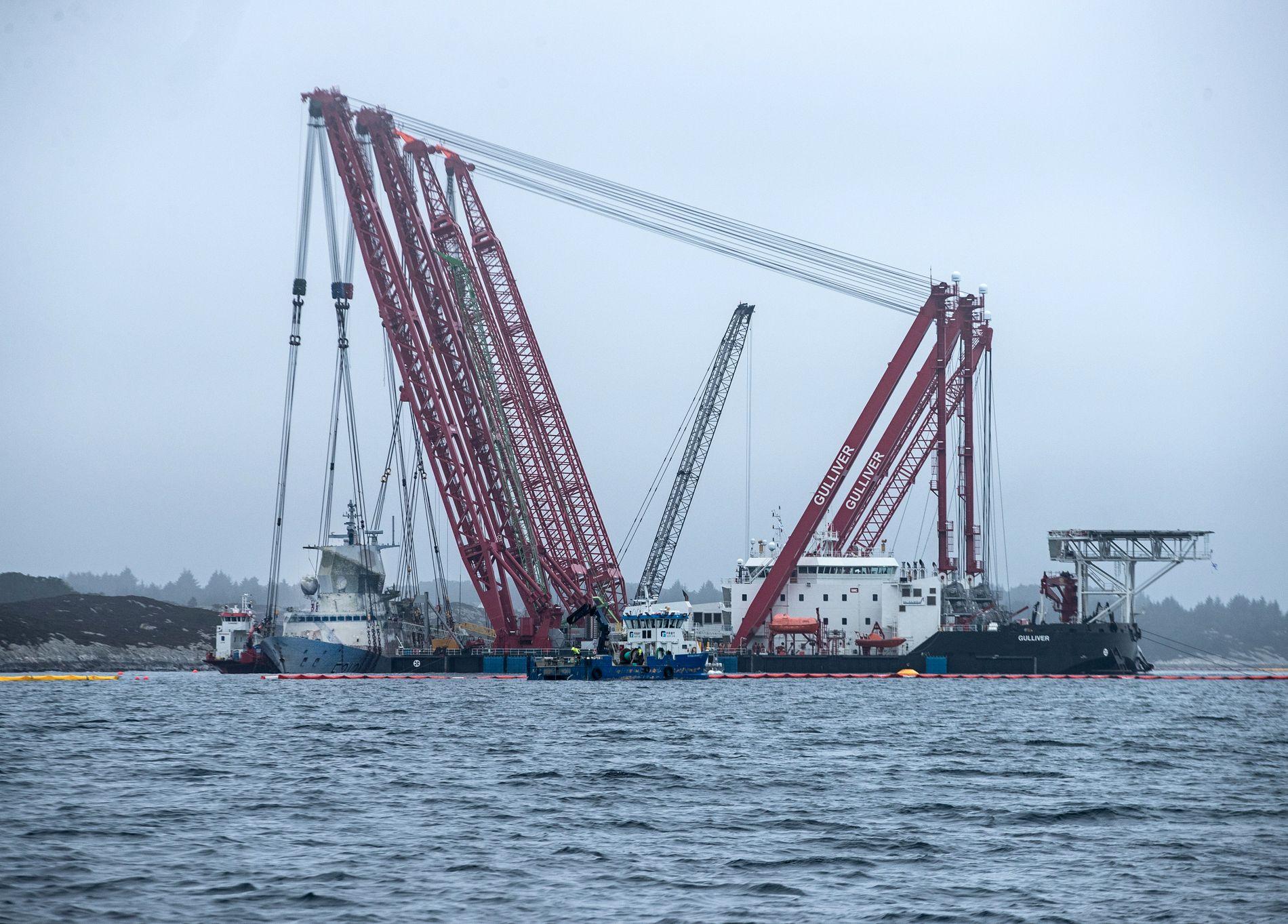 SKAL FLYTTES: Begge kranlekterne med KNM «Helge Ingstad» hengende på tvers bak, setter idag kursen sørover Hjeltefjorden til tryggere havn ved Hanøytangen på Askøy.
