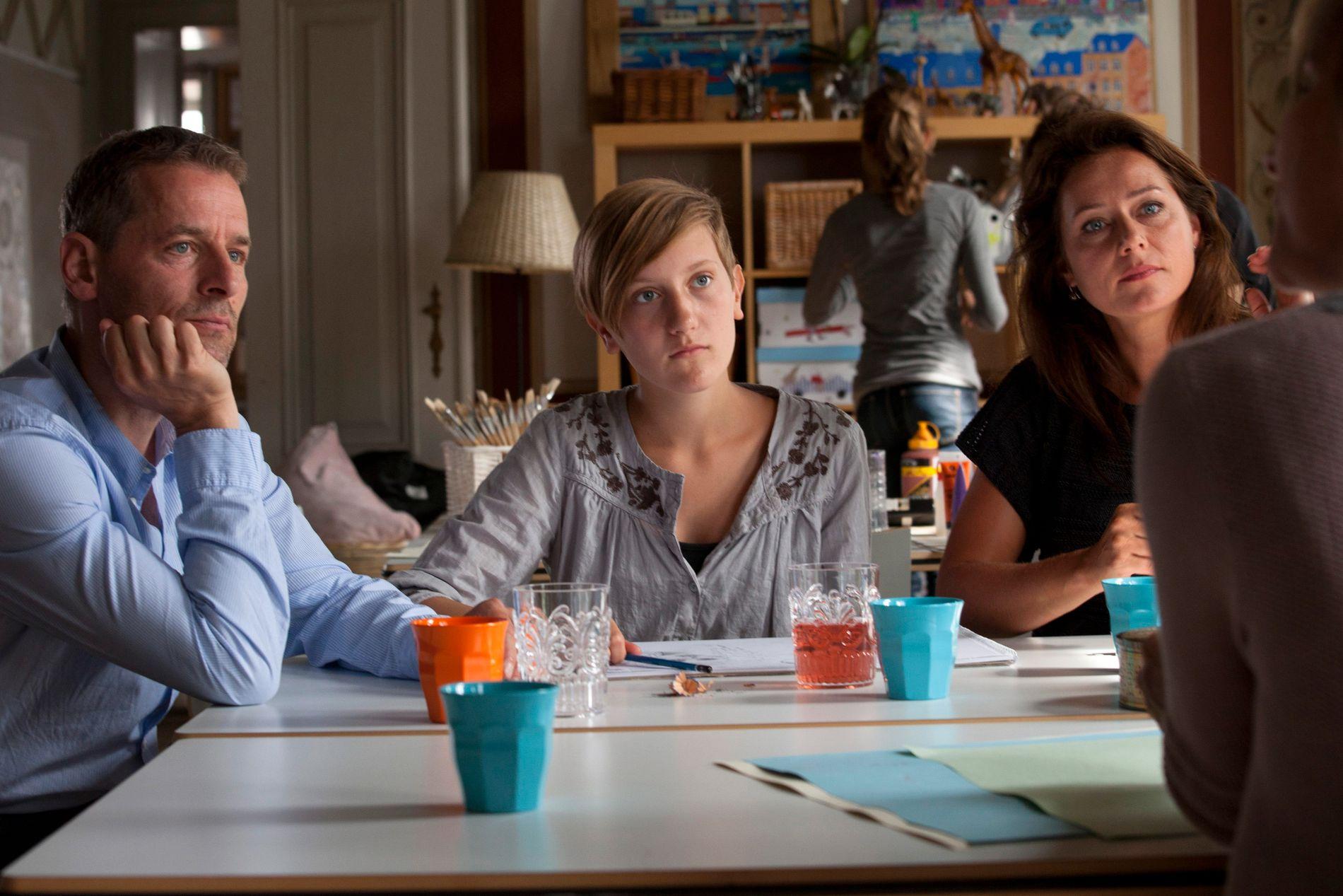 KJENT POSITUR: Mikael Birkkjær som Phillip, Freja Riemann som Laura og Sidse Babett Knudsen som Birgitte i «Borgen».