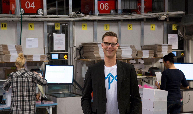 ALT KAN LEIES: Morgan Lunde, ansvarlig for finansiering og leie i MPX, står foran selskapets massive robotlager. Alle produktene selskapet selger, kan også leies. Foto: MPX