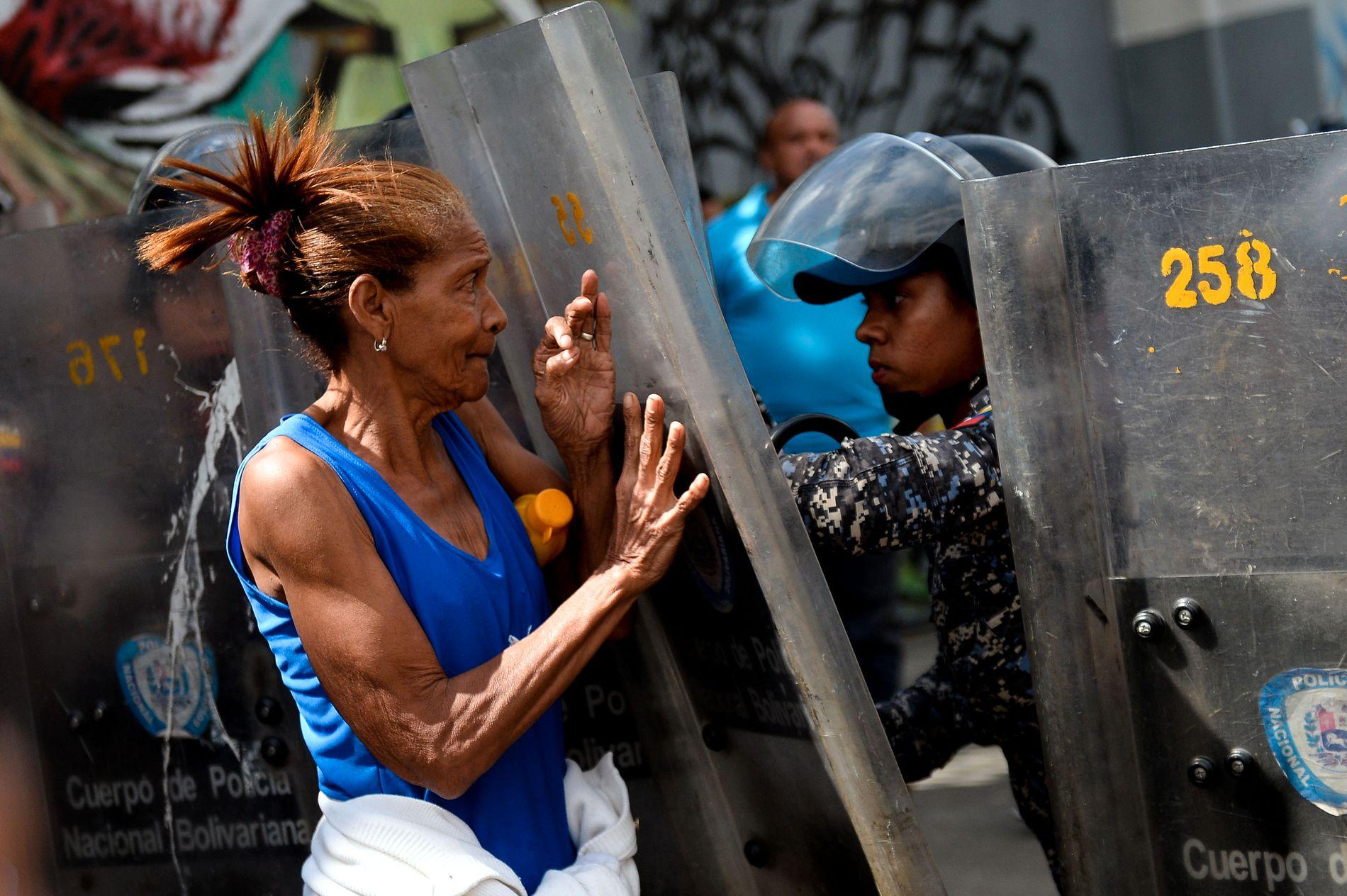 MISNØYE: Flere hundre demonstranter møtte tidligere denne uken opp for å vise sin misnøye.