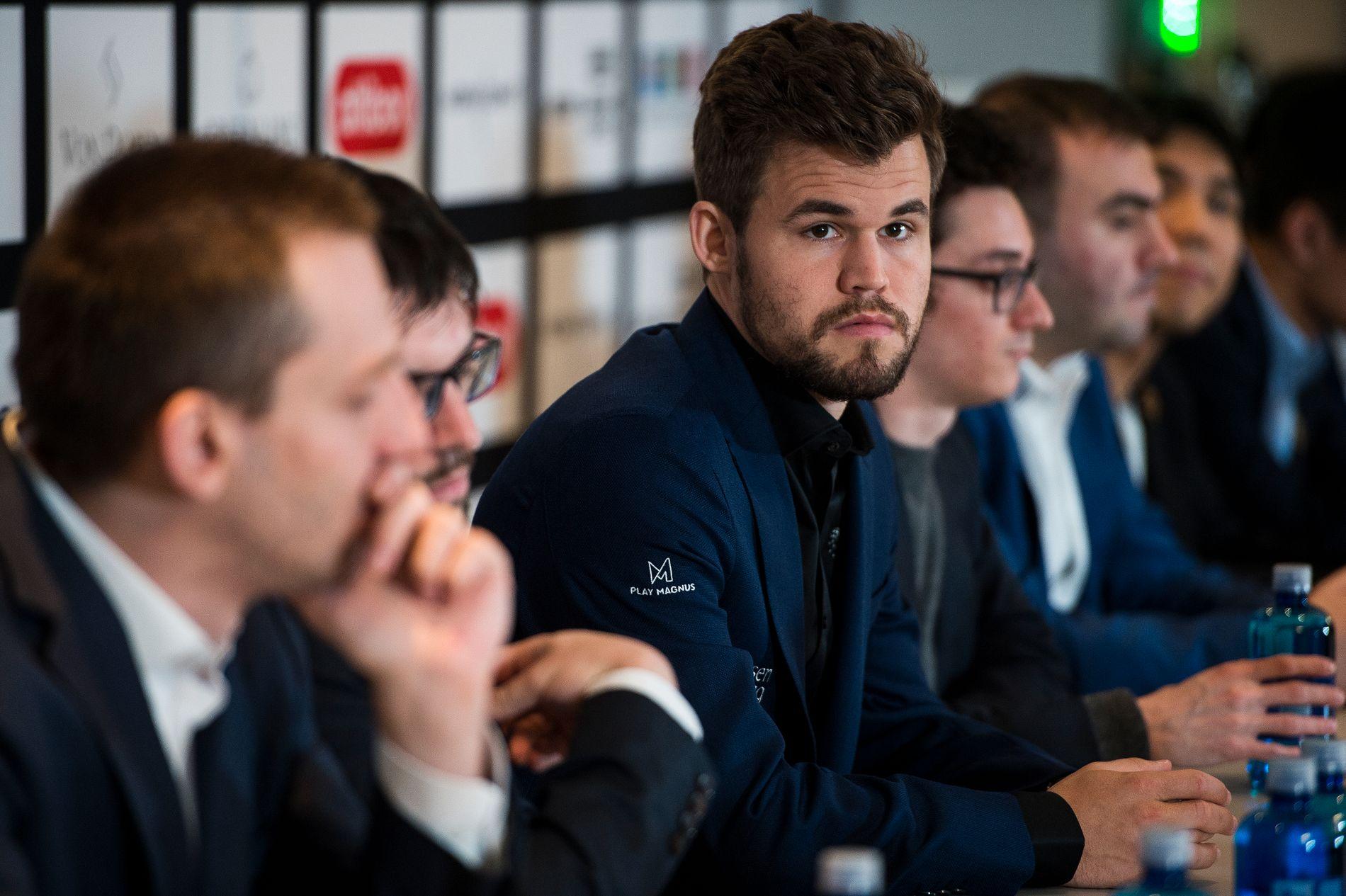 Magnus Carlsen og resten av feltet i Norway Chess på pressekonferanse mandag.