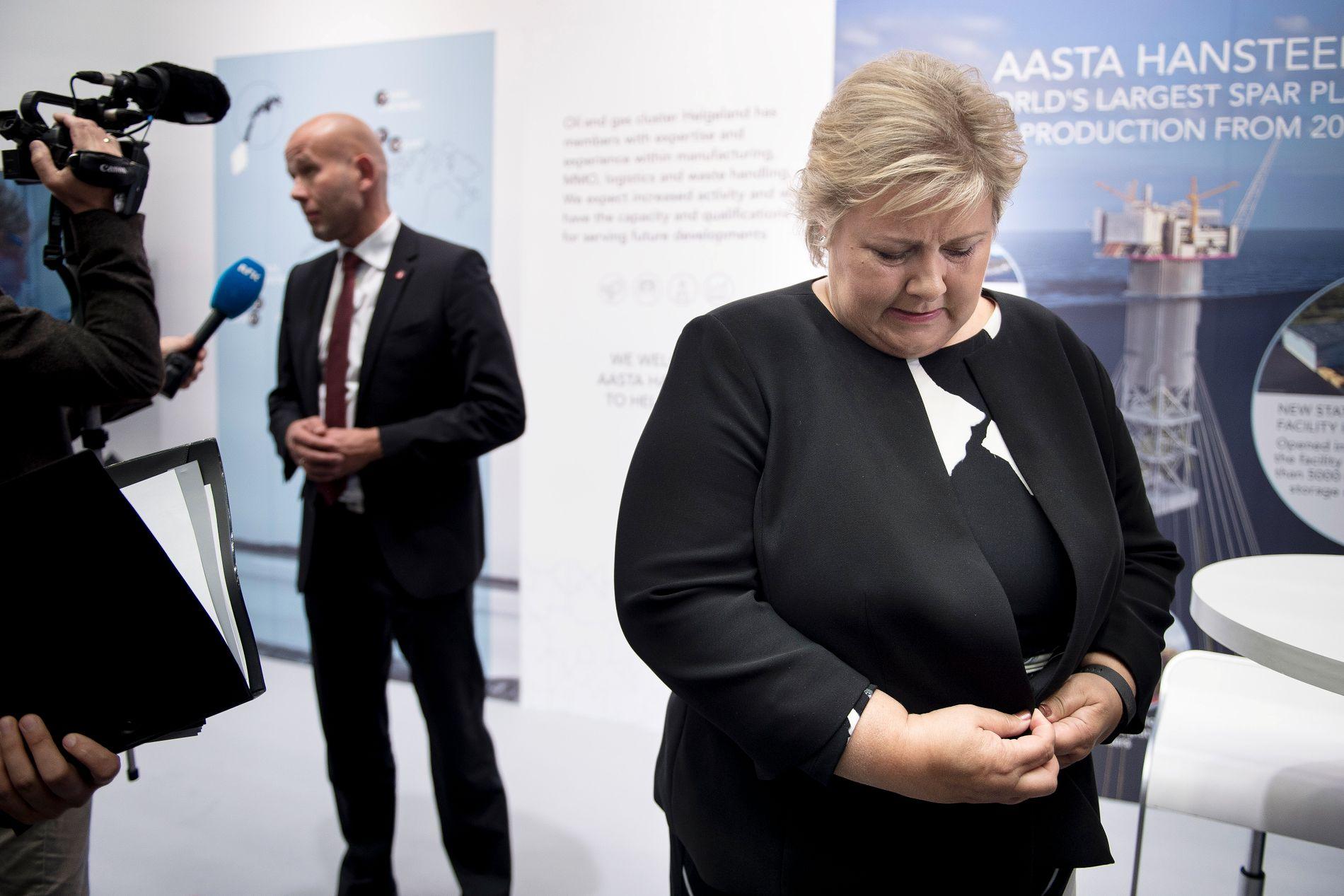 VISSTE IKKE: Statsminister Erna Solberg (H), her med olje- og energiminister Tord Lien (Frp) i bakgrunnen i etterkant av deres felles pressekonferanse om 24. konsesjonsrunde under oljemessen i Stavanger 29. august.