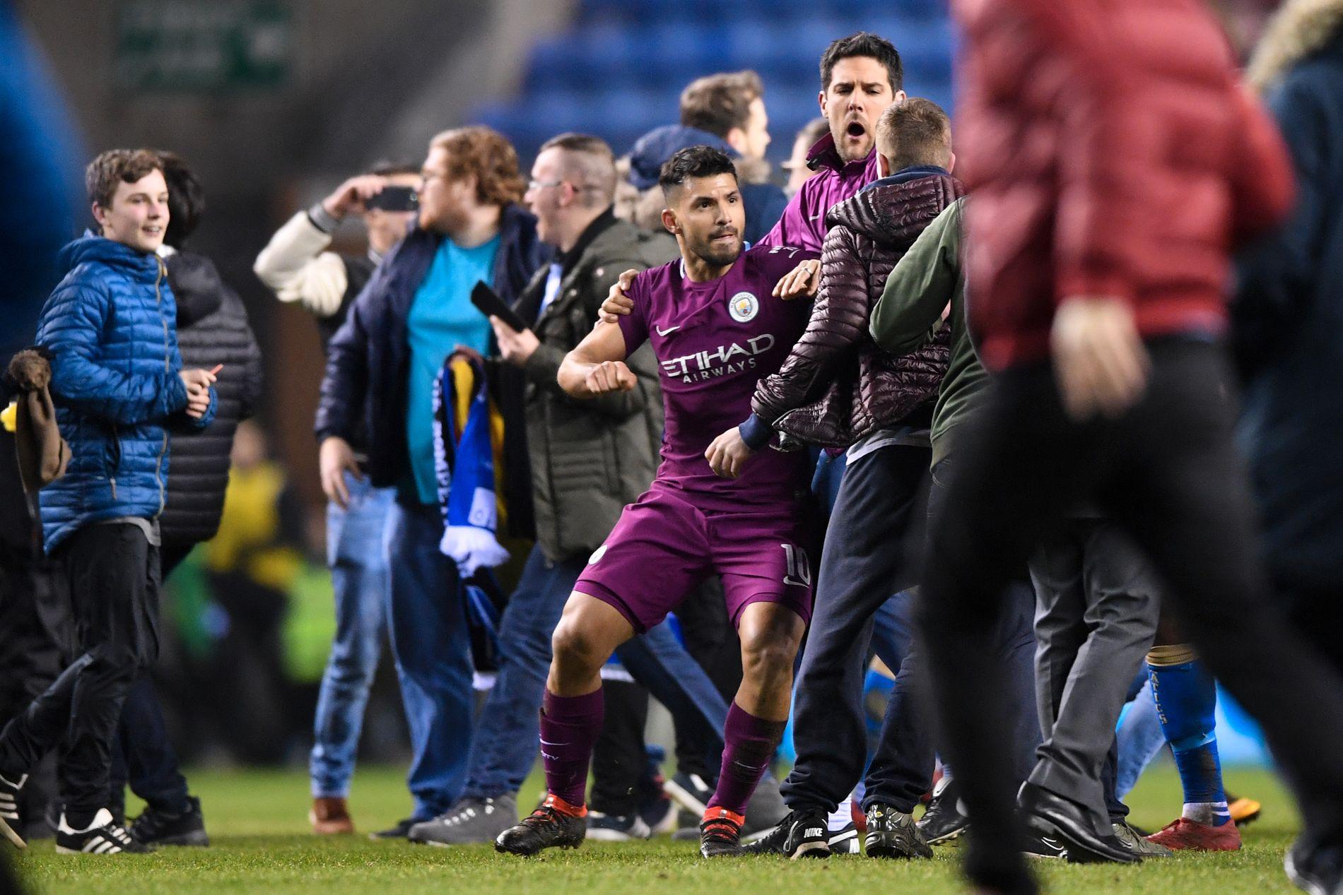 RASENDE: Sergio Agüero måtte holdes igjen av en i Citys støtteapparat etter kampen.