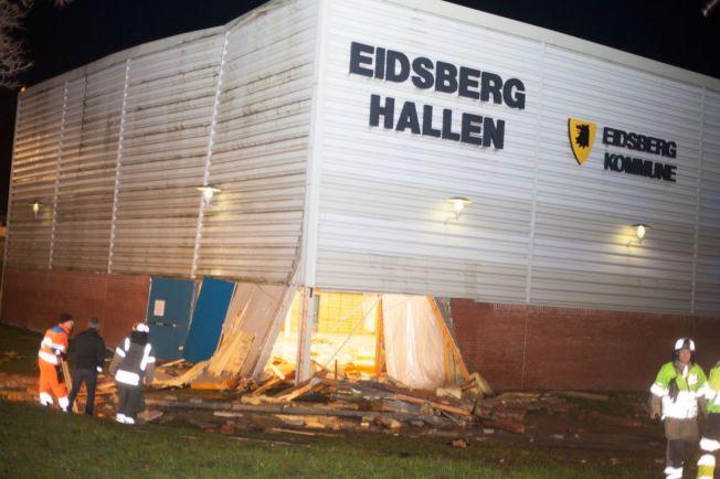 DRO MED SEG DELER AV VEGGEN: Takraset førte til store skader på Eidsberghallen i Indre Østfold.