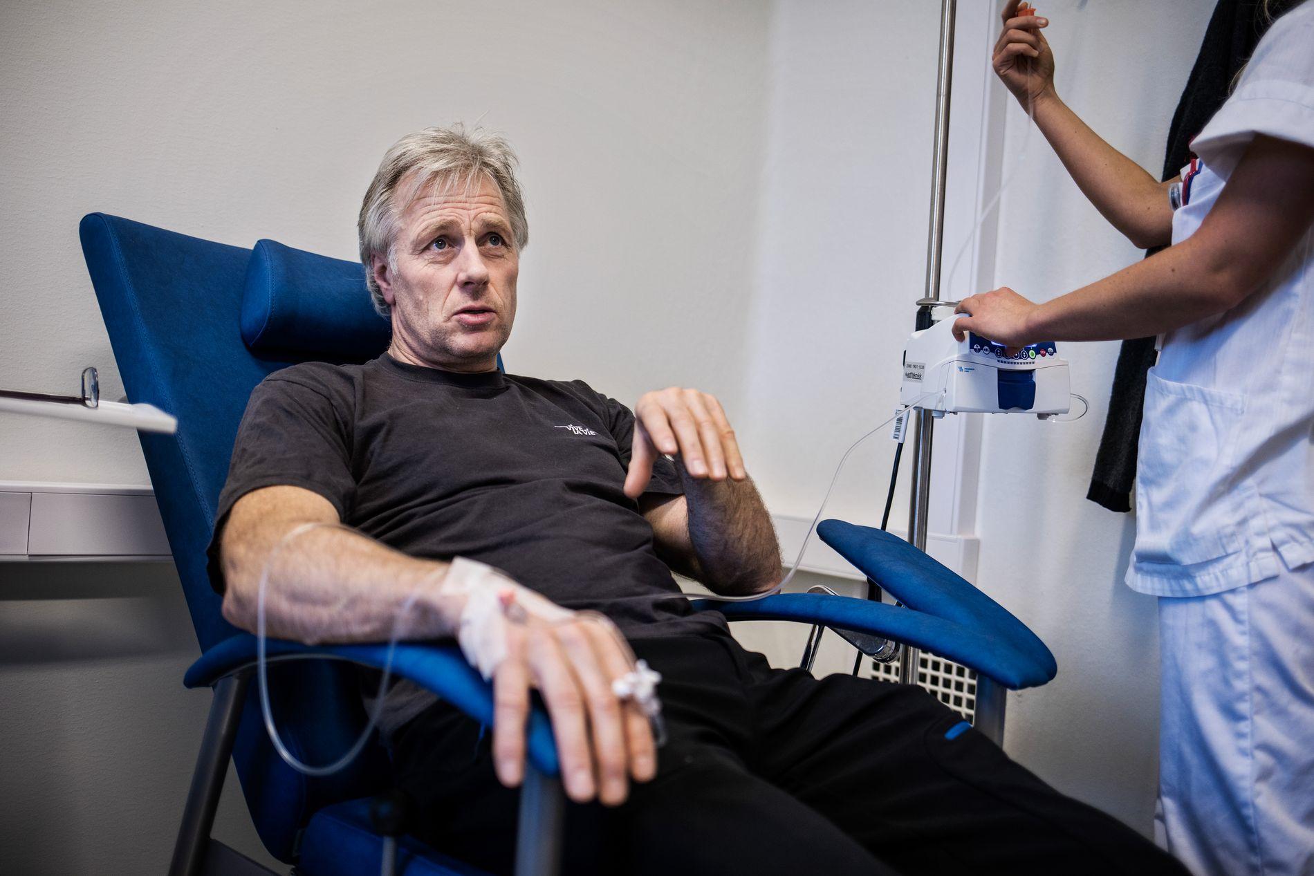 FRUSTRERT: Kreftsyke Jørn Dybdahl sier SAS opptrer hensynløst når de kansellerer fly fra Longyearbyen. Her er 56-åringen avbildet i fjor under et behandlingsopphold hos Aleris i Oslo.