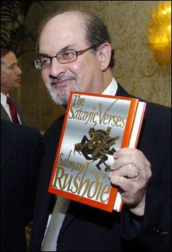 MILLION_BELØNNING: Radikale pakistanske muslimer har utlovet en belønning på 70 millioner kroner for Salman Rushdies hode. Foto: AP