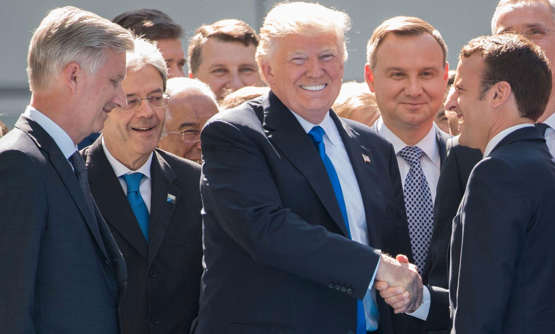 KLEMTE TIL: Da Emmanuel Macron, den nye franske presidenten kom til NATO-toppmøtet klemte USAs president Donald Trump så hardt til hånden hans at knokene ble hvite.